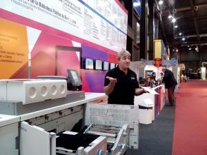Leonardo Skef en medio de la demostración de cómo se puede imprimir un libro en tres minutos con esa impresora de Ricoh