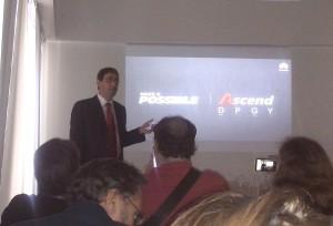 Fernando Majul ponderando las cualidades del nuevo Ascend P6 de Huawei