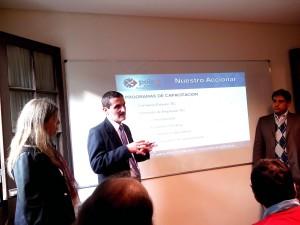 El Presidente Osvaldo Tessio explica mientras la  tesorera María Laura palacios y el prosecretario Marcelo di Chena observan atentamente