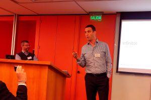 Diego Bekerman explica las novedades mientras Gabriel Gordon se asegura que se estén proyectando los slides correctos