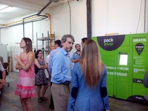 En el centro, Juan Gruss escuchando preguntas, detrás, de rosa, Noelia Jurisic explicando y al fondo, PackASAP, recién pintadito