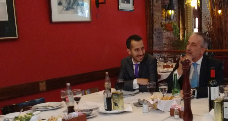 Mientras Denaro padre (der.) habla con los periodistas, Denaro hijo (izq.) asiente y acepta lo que el jefe dice
