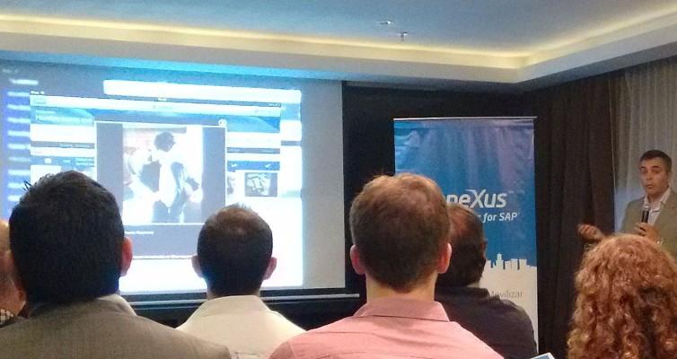 Eugenio García (der.) explica las características del Conector Genexus para SAP mientras Luis Murillo, ensimismado (izq.), espera su turno para la demo.
