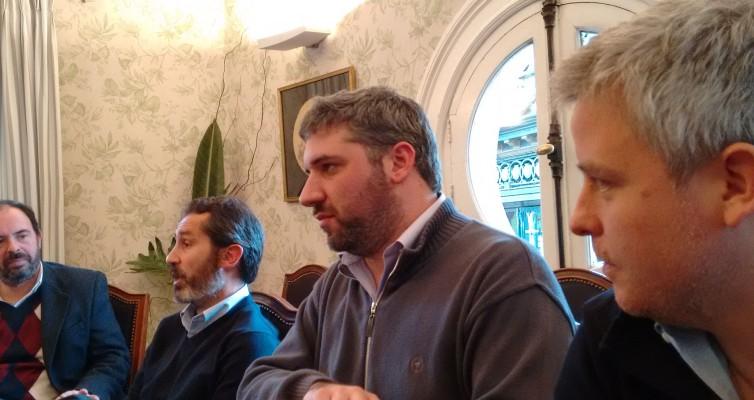 De der. a izq., Edgar Castro y Daniel Nader escuchan, mientras Federico Villa, explica. En la punta izq., un colega observa atentamente.