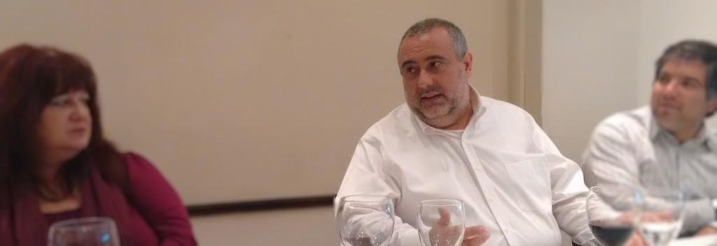 Marcelo Arrabal explica a los comensales en qué consiste este servicio para PyMEs.