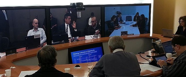 En la pantalla central, Rafael Chávez, desde México; a los costados, Chile y México. Acá, nosotros.