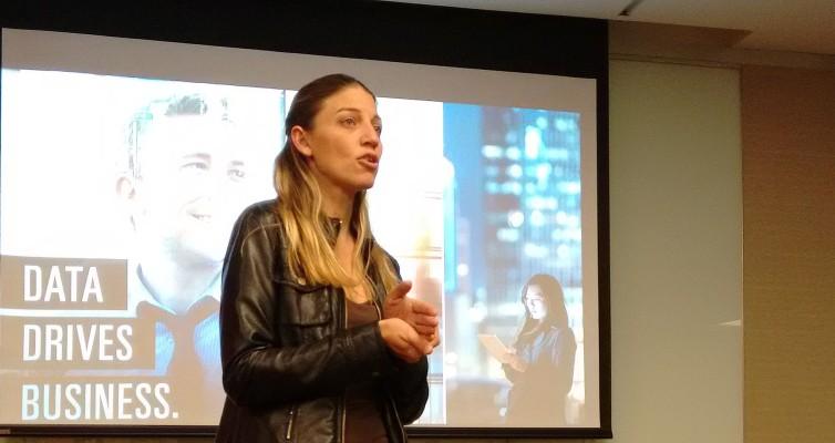 Una muy seria Mara Destéfanis explica la diferencia entre trabajar con datos históricos o hacerlo en tiempo real.