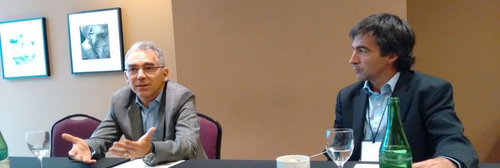 Mientras Sebastián Ballerini explica la temática del evento #OneDell, Santiago Silveyra lo observa atentamente
