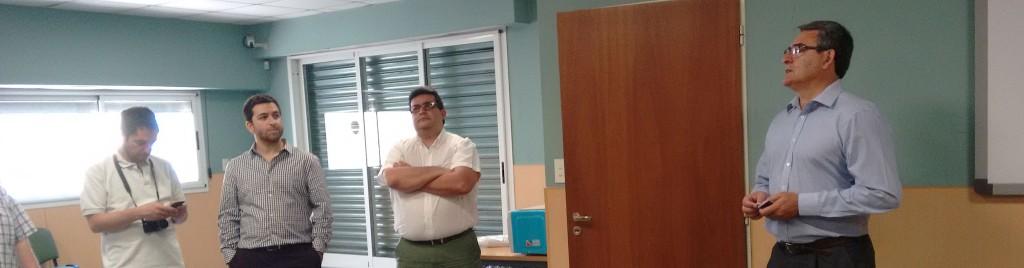 Axel Márquez observa atentamente a Marcelo Aloy, que explica qué vamos a ver a continuación. Mientras tanto, Jorge Torres, de brazos cruzados espera su turno.