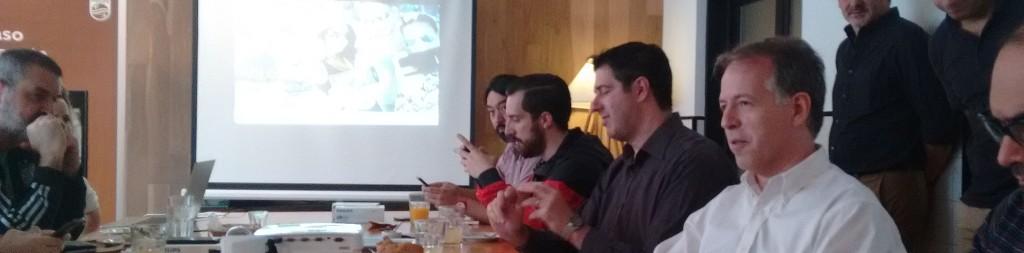 Carlos Galander (de camisa blanca) le cuenta a los periodistas las novedades de los celulares de Philips que están lanzando