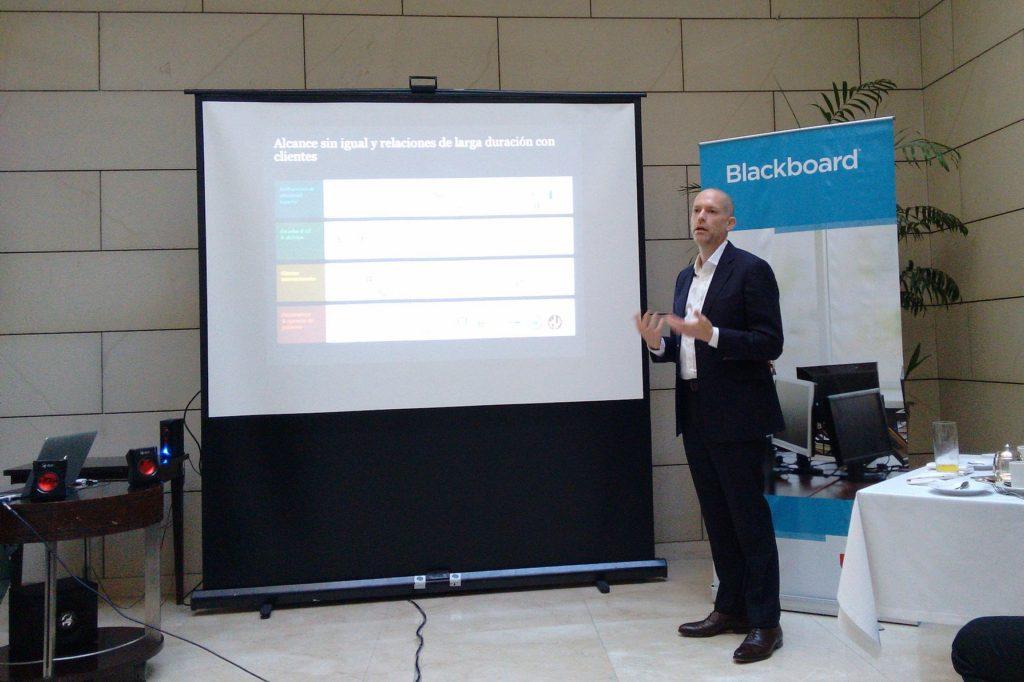 Sam Weber hace una presentación de Blackboard, la compañía de e-learning