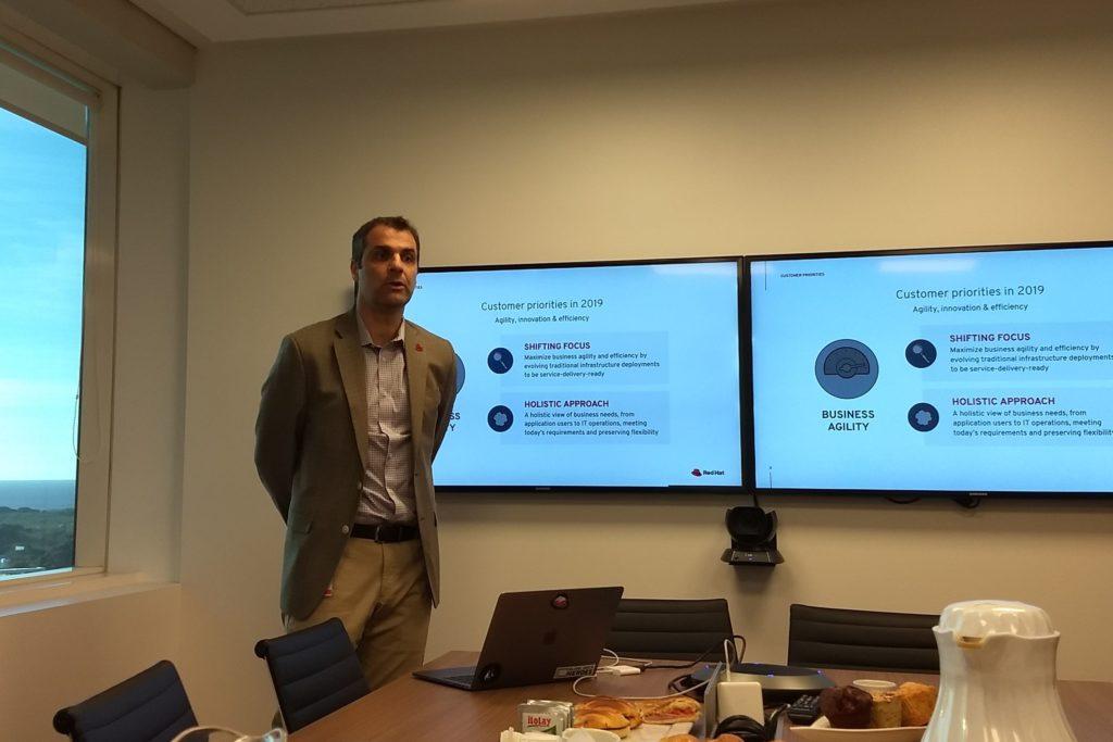 Adrián Cambareri describe, ante los periodistas, las características de la nueva versión de Red Hat Linux Enterprise