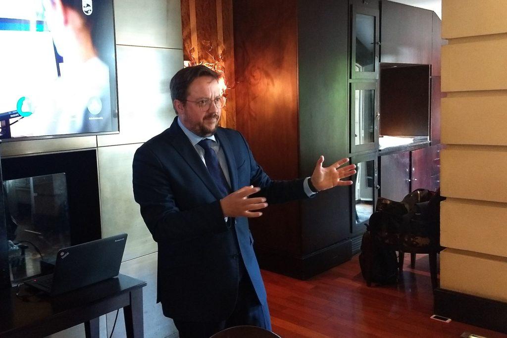 Alexei Troyano Costa le cuenta a los periodistas las novedades de Philisp Healthcare.