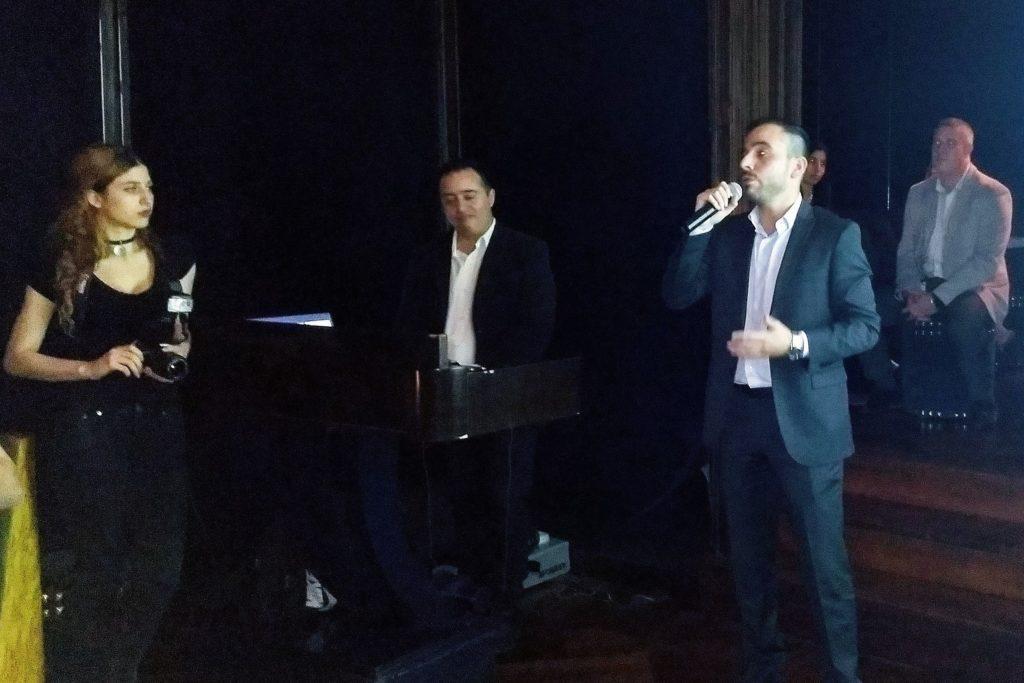 Gabriel Ochoa no está tocando el piano y Emanuel Galarza no está cantando. Entre ambos explican las características del acuerdo IFX-SUSE